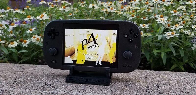 ¿Te gustaría tener una PS2 portátil? Un fan la ha creado y luce así de genial